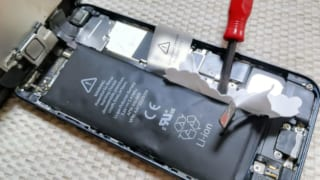 iPhone5 バッテリー交換!分解して膨張したバッテリーを新品バッテリーに交換して自分で修理!